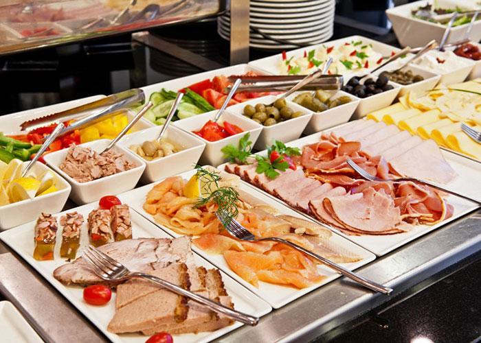 Шведский стол на паромах: разнообразные закуски без ограничений