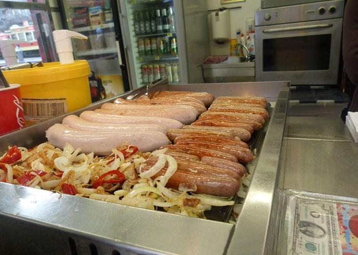 фаст-фуд в Праге: колбаски и сосиски