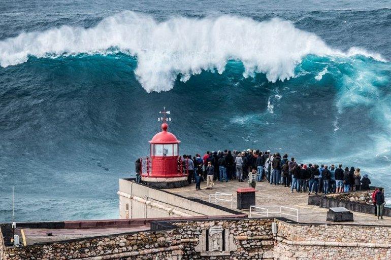Гигантские волны в Назаре